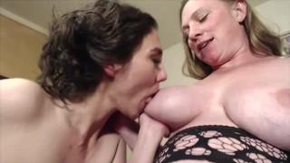 Szexi nagy cicis terhes csaj kis cicis barátnőjével szexel